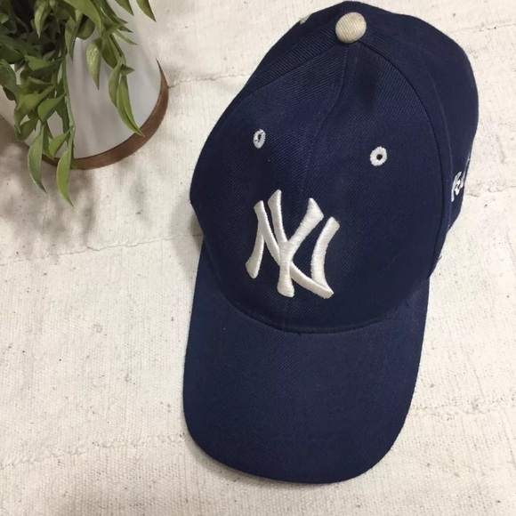 0074d63bec9 MLB Yankees • one size adjustable baseball cap. M 5b43d1469fe4863f5b278099